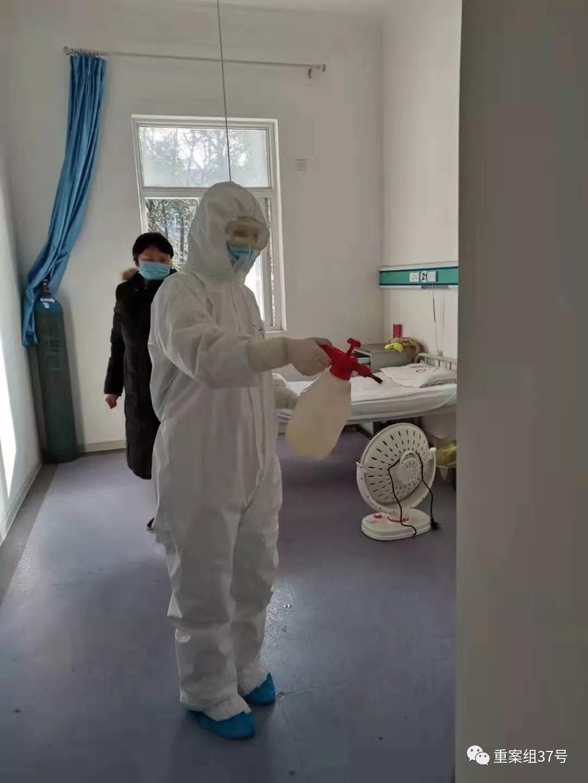 ▲米婷在喷洒消毒水。受访者供图