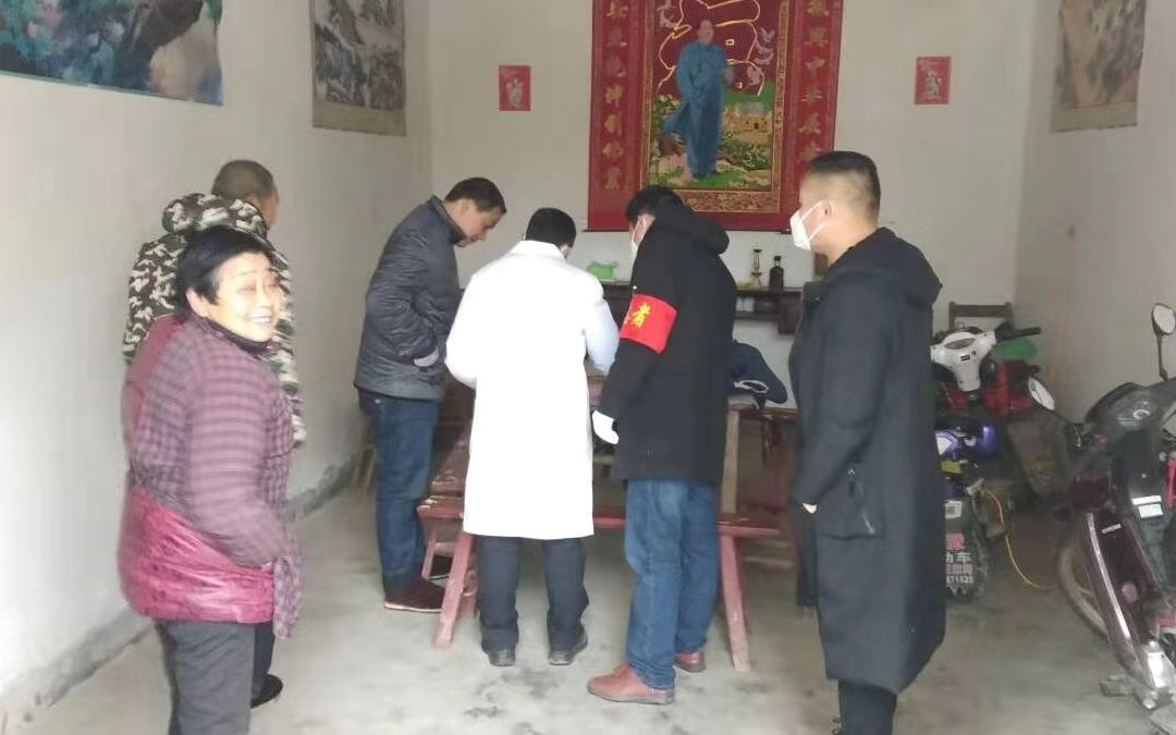 自觉者和村委做事人员到村民家做防疫宣传做事。受访者供图