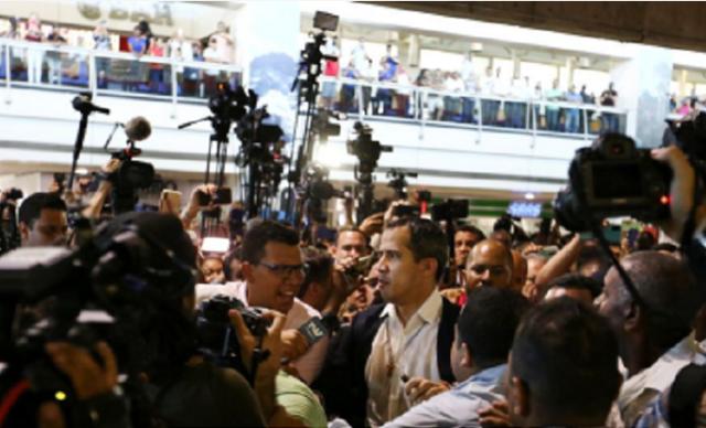 瓜伊多在机场被记者围住(图源:华尔街日报)