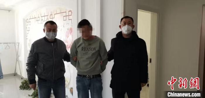 图为犯罪嫌疑人被抓获。 王瑾 摄