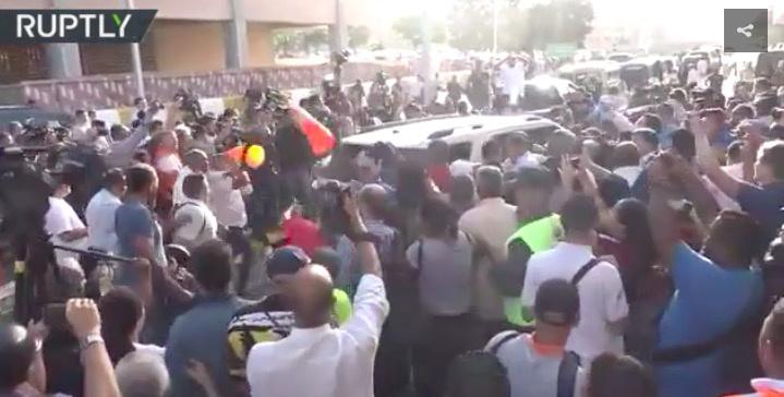 瓜伊多在机场被民众围攻(图源:RT)