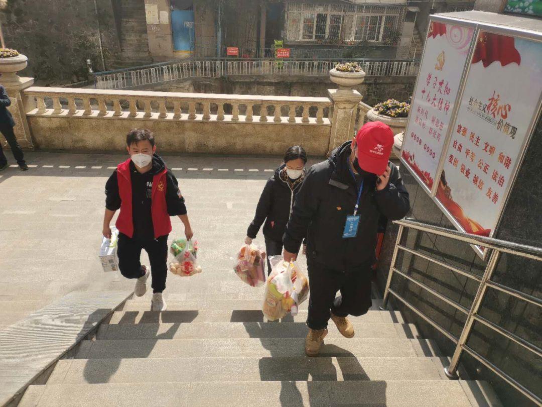 社区工作者为行动不便的老人上门代购代送生活必需品