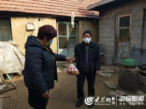 """临沂这个村的党员抗""""疫""""很有心:挨户老人送鸡蛋"""