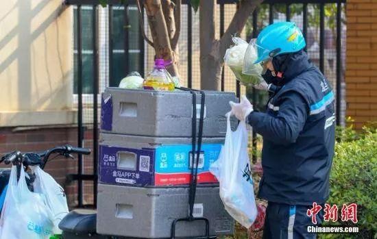 资料图:一名送货的配送员正在忙碌工作。中新社记者 张畅 摄