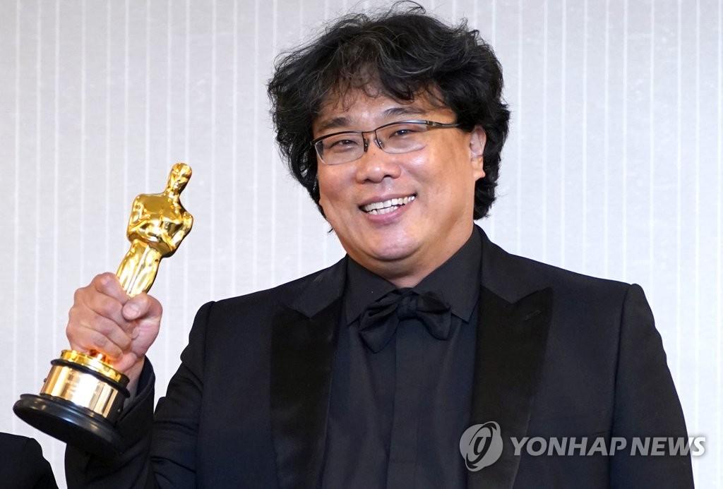 当地时间9日,《寄生虫》导演奉俊昊在洛杉矶手捧奥斯卡小金人。(韩联社)