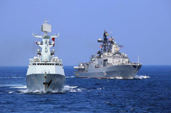 材料图片:中俄水兵舰艇联合编队飞行。(俄国防部官网)