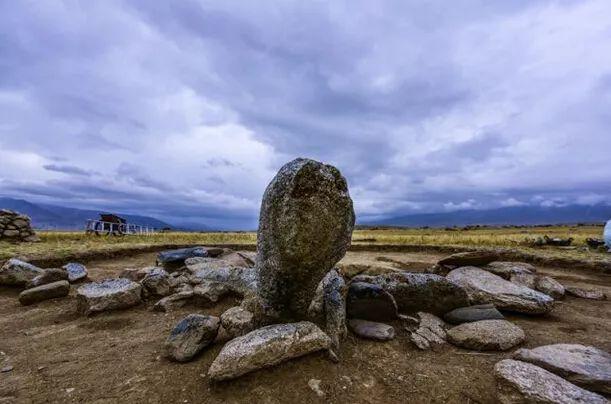 阿敦乔鲁遗址区中唯独有石人伫立的两座墓葬之一。(新华社记者 沈桥摄)