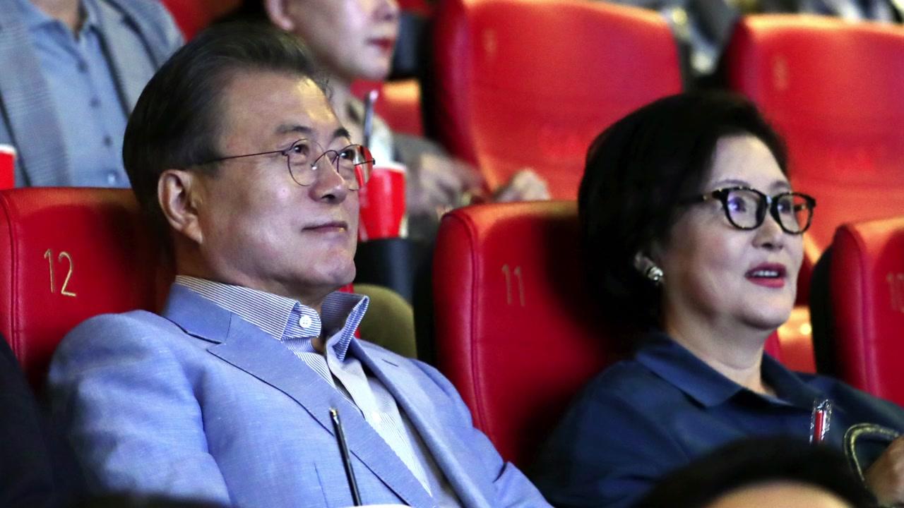2019年6月,文在寅夫妇在电影院看《寄生虫》。(韩联社)