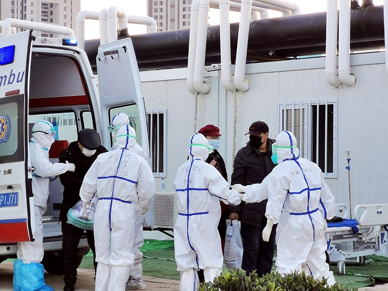 2月12日,新冠肺炎患者被转运到武汉雷神山医院接受治疗(手机拍摄)。新华社发(高翔 摄)