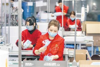 浙江省长兴县的党员和志愿者近日加班帮助企业清点、打包一次性医用口罩。方 敏 吴 拯摄影报道