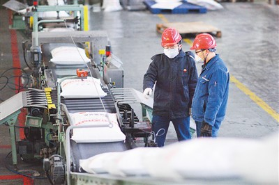 2月7日,工人在中国石油呼和浩特石化公司聚丙烯无纺布原料生产线上巡视。王 正摄(人民视觉)