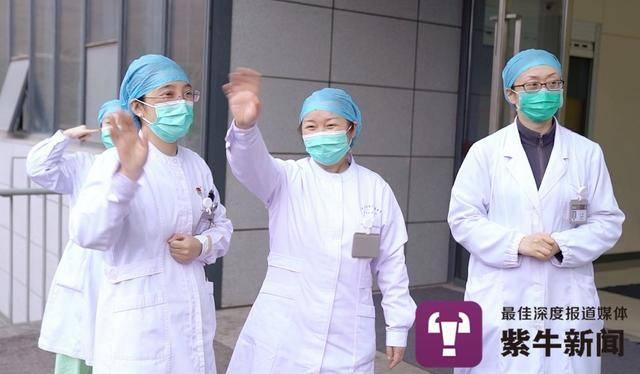 医护人员向治愈的患者挥手告别