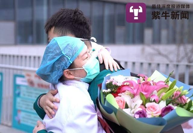 刘伟和护士幼姐姐拥抱