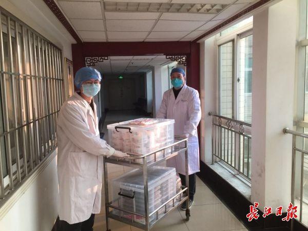 王刚(右一)支援送餐。