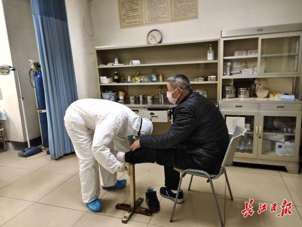 王晏婴为患者包扎。
