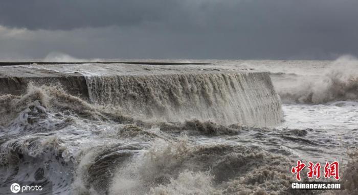 """当地时间2020年2月13日,英国多塞特,当地不息遭遇""""西拉西""""风暴和""""丹尼斯""""风暴进攻,巨浪滔天。"""