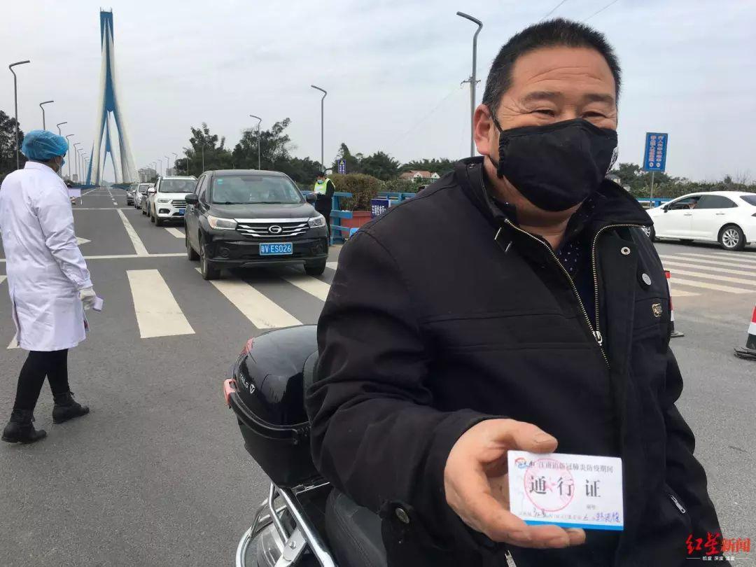 江南镇村民凭证出入。罗敏摄