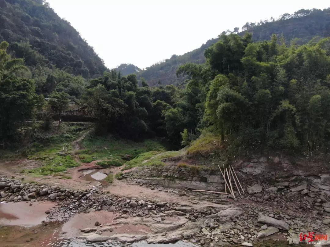江边另一村民竹筏被拆毁剩下竹竿。罗敏摄