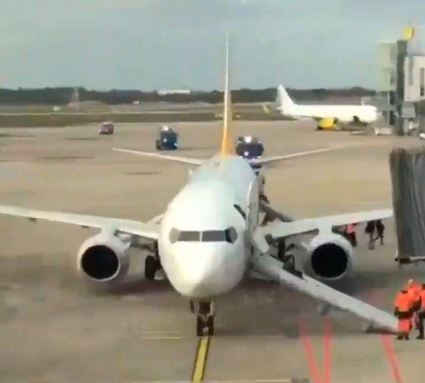 土耳其客机下落时轮胎首火。(图源:镜报)