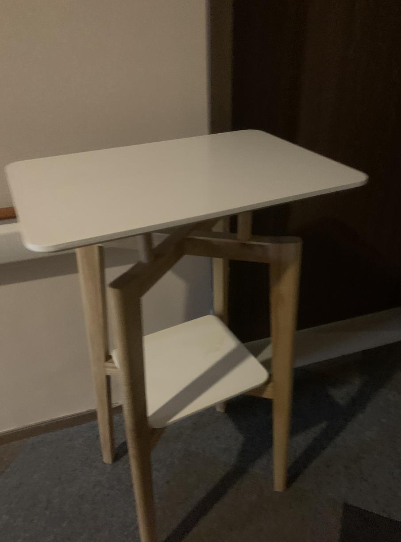 阻隔房间门口的小桌子
