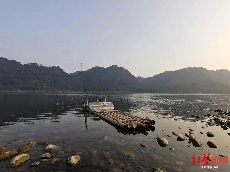 刘某兵横渡长江的竹筏。图据南溪海事