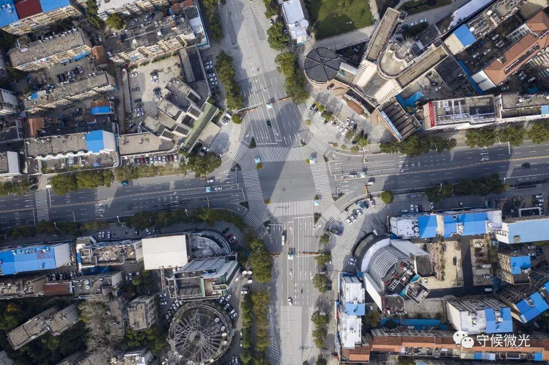 2月17日,湖北省孝感市,北京路与交通大道十字路口处,四个路口都已竖立警察临检点,对昔时车辆进走身份新闻核实与体温测量。(无人机拍摄)中青报·中青网记者 李隽辉/摄