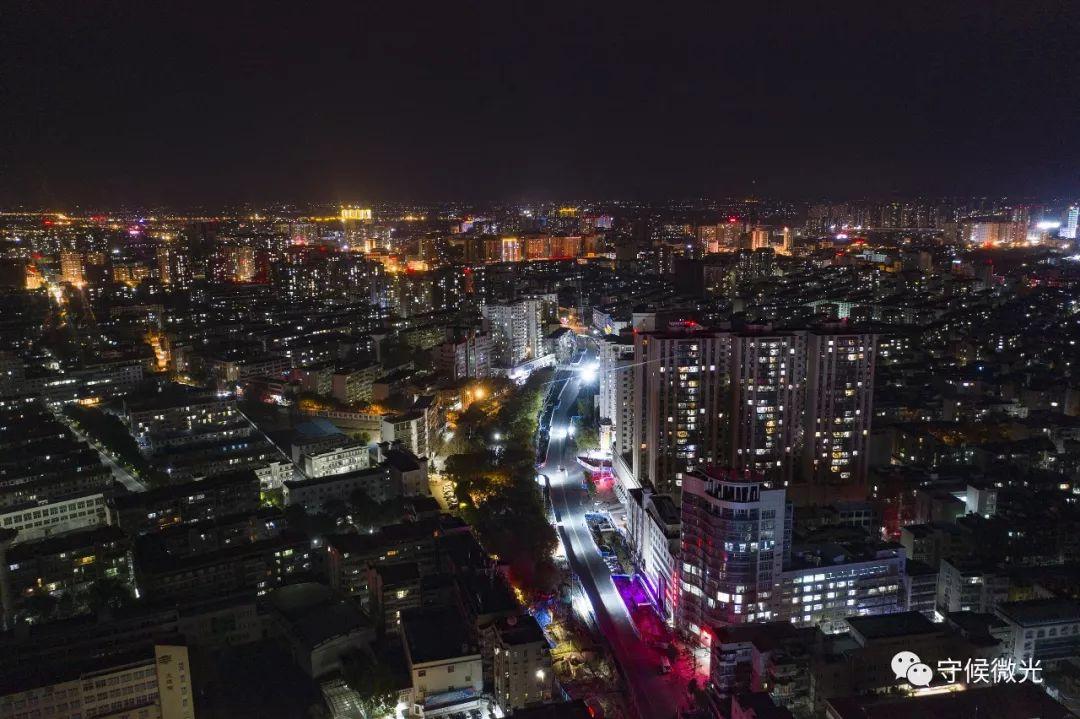 2月17日晚,湖北省孝感市,住宅区内灯火通亮。(无人机拍摄)中青报·中青网记者 李隽辉/摄