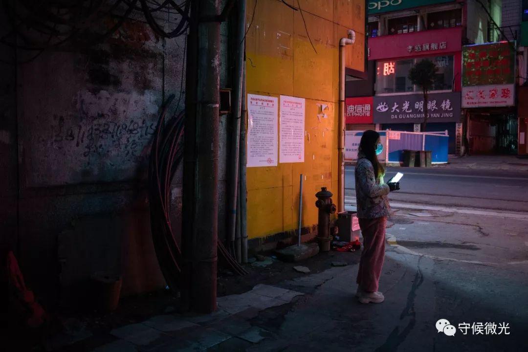 2月17日,湖北省孝感市,朱女士在电信宿弃小区门口期待蔬菜配送车。她每次购买10众斤蔬菜,够一家三口人吃5天旁边。中青报·中青网记者 李隽辉/摄