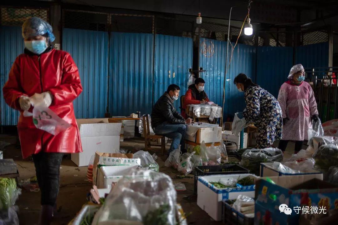 2月17日,湖北省孝感市沙沟果蔬批发市场内,老板李智(左三)和家里来协助的亲戚在清理清理要配送的蔬菜。自正月初五以来,他们直接与社区街道对接,为4个小区定点配送,每天配送量约有三千斤。据李智介绍,他和同走频繁接到市民电话,逆映本身的小区无法获得蔬菜配送资源,由于是封闭管理又无法表出买菜,期待得到协助。中青报·中青网记者 李隽辉/摄