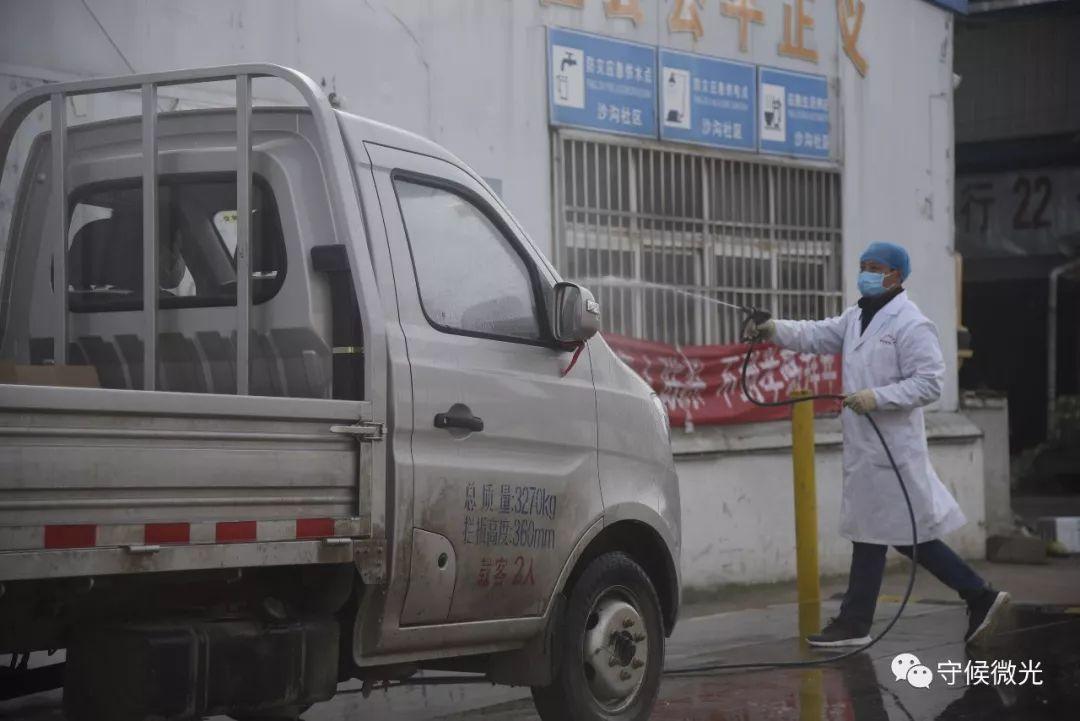 2月17日,湖北省孝感市孝南区沙沟果蔬批发市场,鲁师傅在对刚进来的车辆消毒,为保证食品坦然,一切车辆进入后会立刻到消毒区进走消毒。中青报·中青网见习记者 鲁冲/摄