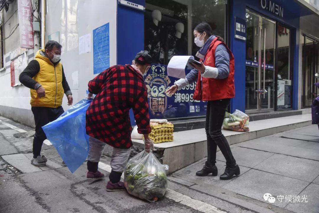 2月17日,湖北省孝感市三里棚社区,居民来拿由社区同一登记采购的蔬菜鸡蛋。中青报·中青网见习记者 鲁冲/摄
