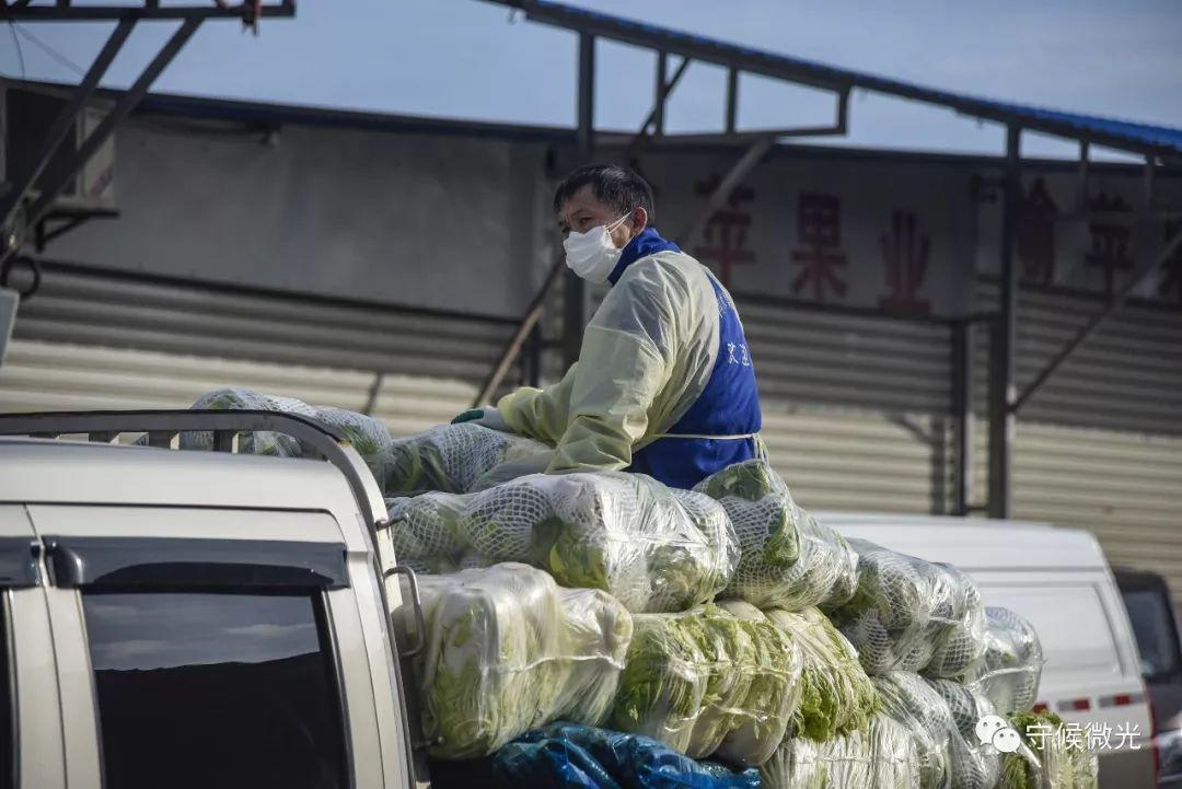 2月17日,湖北省孝感市孝南区沙沟果蔬批发市场,鲁师傅坐在车上,准备前去下一个商家装货。中青报·中青网见习记者 鲁冲/摄