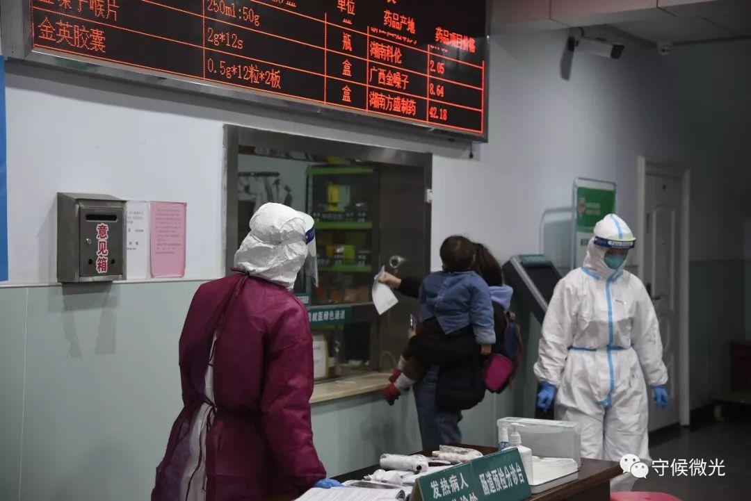 2月17日,湖北省孝感市孝南区妇小保健院,一位母亲带着孩子正在门诊取药。中青报·中青网见习记者 鲁冲/摄