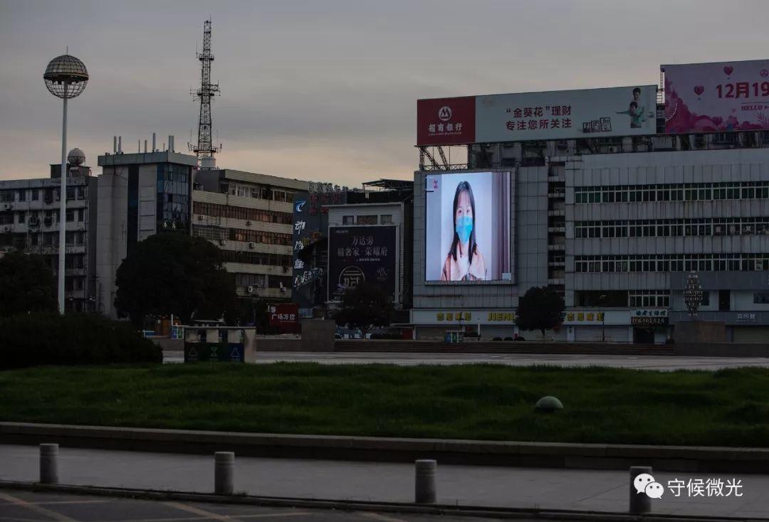 2月17日下昼,湖北省孝感市人民广场,大屏幕仍在循环播放着防疫宣传片。中青报·中青网记者 李峥苨/摄