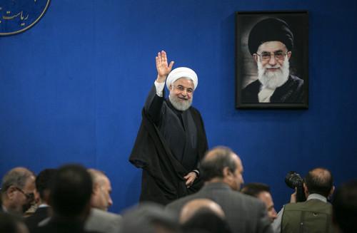 资料图片:2019年10月14日,在伊朗德黑兰,伊朗总统鲁哈尼到会新闻发布会后挥手离场。新华社发