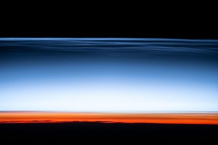 """當地時間2月17日,美國國家宇航局在社交媒體上發布""""夜光云""""的照片。圖片來源:NASA"""