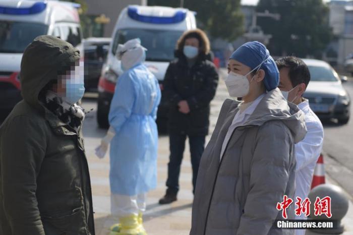 """外媒聚焦中国战""""疫"""":形势向好充"""