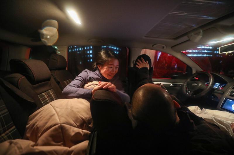2020年2月16日晚10点,金银潭医院内,涂盛锦和曹珊在车上睡下,意外两人也交流两句,专门时期,必要保存有余的体力。