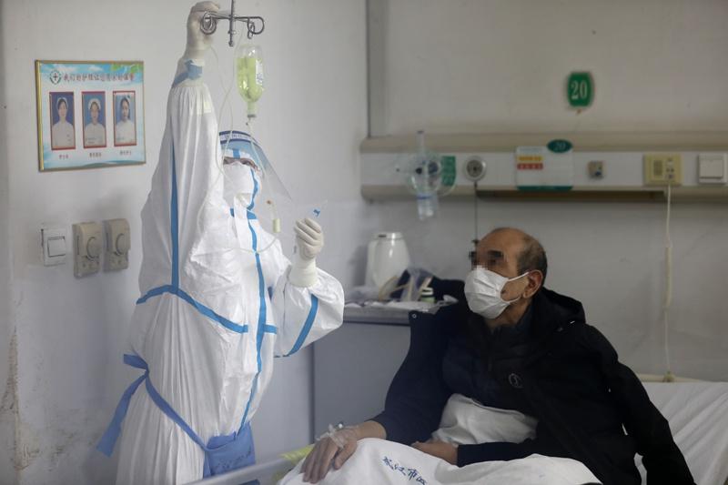 2020年2月17日上午,金银潭医院南二阻隔病区,曹珊正在病房给患者打针。