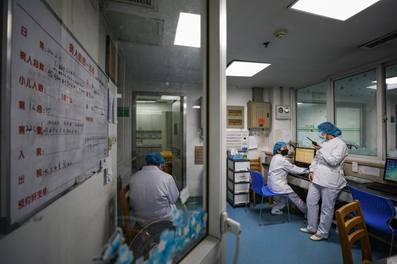 2020年2月16日下昼,金银潭医院南二阻隔病区,曹珊(左)正和同事疏导做事。