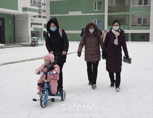 戴口罩的平壤市民(《朝鲜新报》)