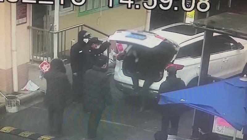 两名男子藏后备厢躲检查 闵行警方 供图