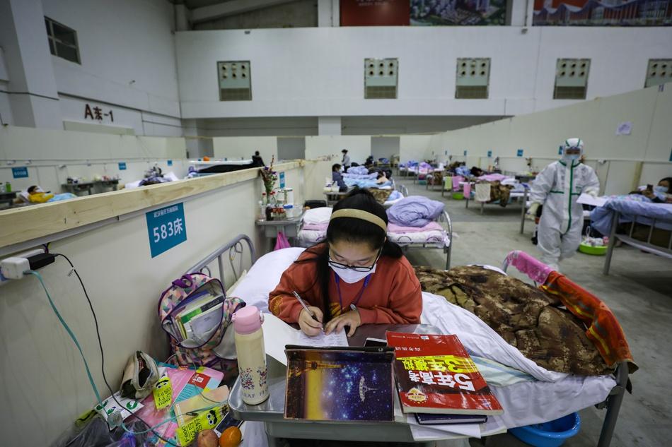 高考女孩黄玉婷抓紧时间学习。<img id=