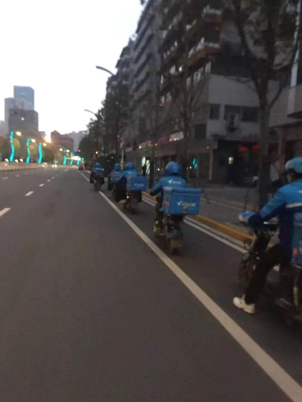 空无一人的武汉街道,骑手们起程了。