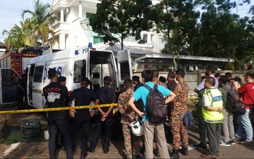 人们聚集在中国驻槟城总领事馆外(图源:马来西亚《自由今日大马报》网站)