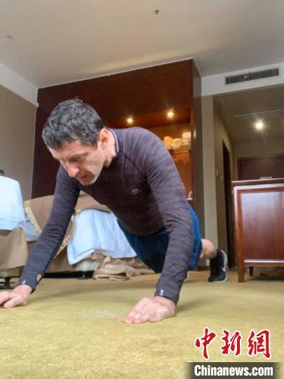 杰夫在房间内训练 杰夫 摄