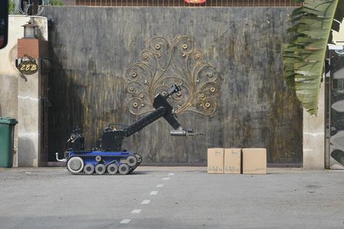 拆弹机器人准备实施排爆(图源:马来西亚光华网)