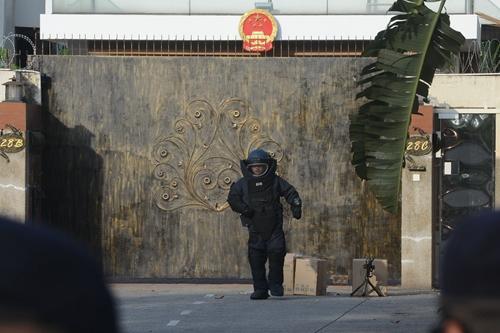 拆弹专家在场进行初步检查。(图源:马来西亚光华网)
