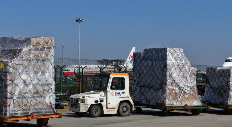 东方国际集团采购的防护物资1月31日抵沪。(李茂君 摄)