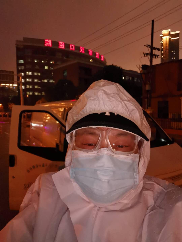 王禾田。</p><p>  这些天来,</p><p>  我的职责是从社区接送新冠肺炎确诊患者前往各个医院治疗,由于日常接触高风险人群,和身边的武汉人相处久了,</p><img id=
